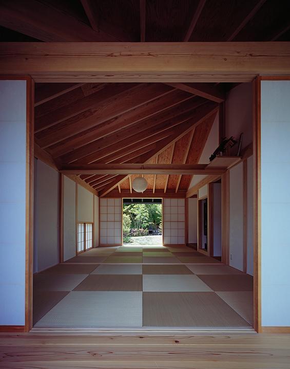 『塩河の家』〜里山の風景と暮らす家〜の部屋 前庭より仏間・中庭を見る