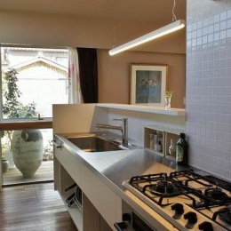 『Danti House』〜光の集まる住まい〜-タイル壁のステンレスキッチン