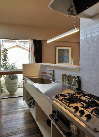 『Danti House』〜光の集まる住まい〜の部屋 タイル壁のステンレスキッチン