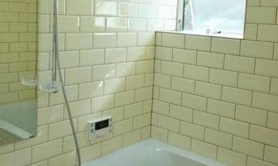 『Danti House』〜光の集まる住まい〜 (白タイルの浴室)
