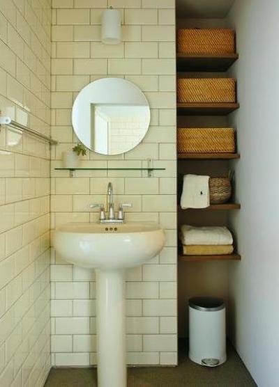 白タイルの洗面スペース (『Danti House』〜光の集まる住まい〜)