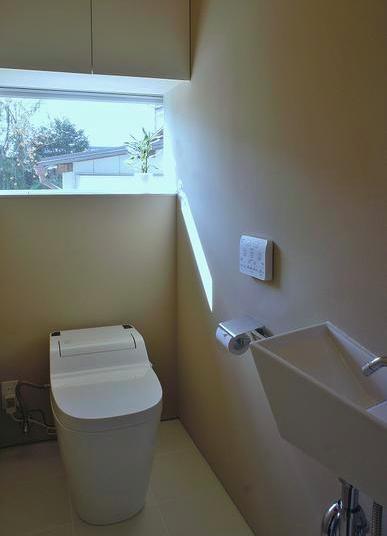 『Danti House』〜光の集まる住まい〜の部屋 光の入るシンプルなトイレ空間