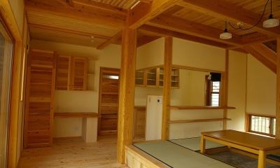 居間|バイクガレージの木の家