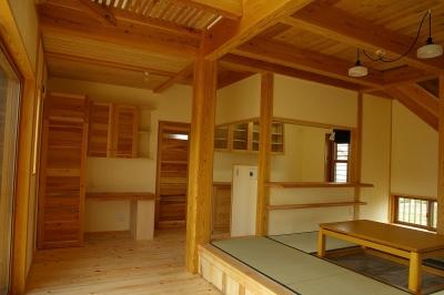 居間 (バイクガレージの木の家)