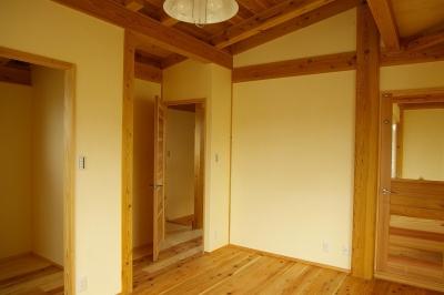 寝室 (バイクガレージの木の家)