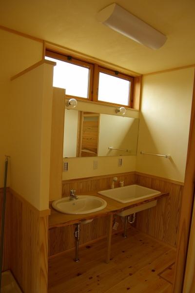 洗面スペース (バイクガレージの木の家)