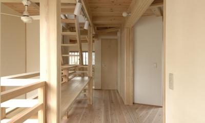 密集地のコンパクトな家 (吹き抜けに面した廊下)