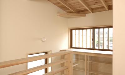 密集地のコンパクトな家 (階段収納)