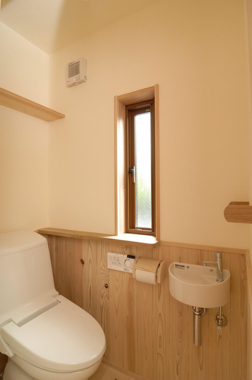 密集地のコンパクトな家 (トイレ)