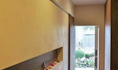 『T-House』〜古材の良さを取り入れた耐震補強リノベ〜 (ニッチが印象的な明るい玄関ホール)