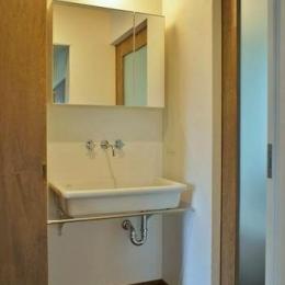 『T-House』〜古材の良さを取り入れた耐震補強リノベ〜 (シンプルな洗面スペース)