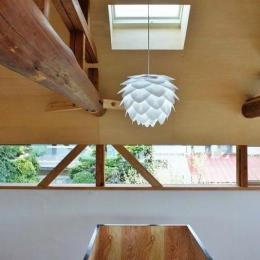 階段上部の北欧照明 (『T-House』〜古材の良さを取り入れた耐震補強リノベ〜)