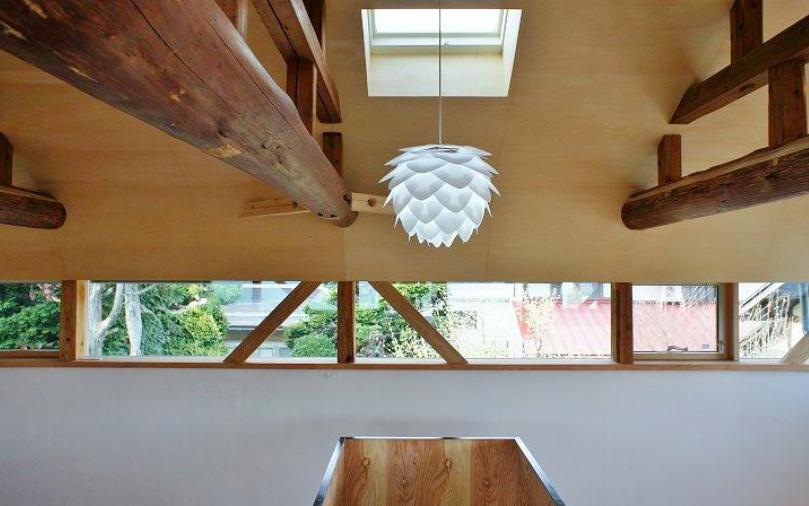 『T-House』〜古材の良さを取り入れた耐震補強リノベ〜の写真 階段上部の北欧照明