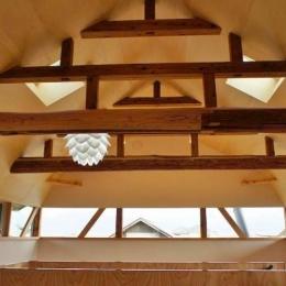 梁がデザインの一部となる天井空間 (『T-House』〜古材の良さを取り入れた耐震補強リノベ〜)
