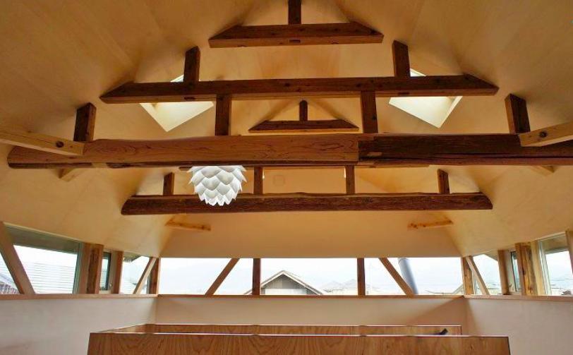『T-House』〜古材の良さを取り入れた耐震補強リノベ〜の部屋 梁がデザインの一部となる天井空間