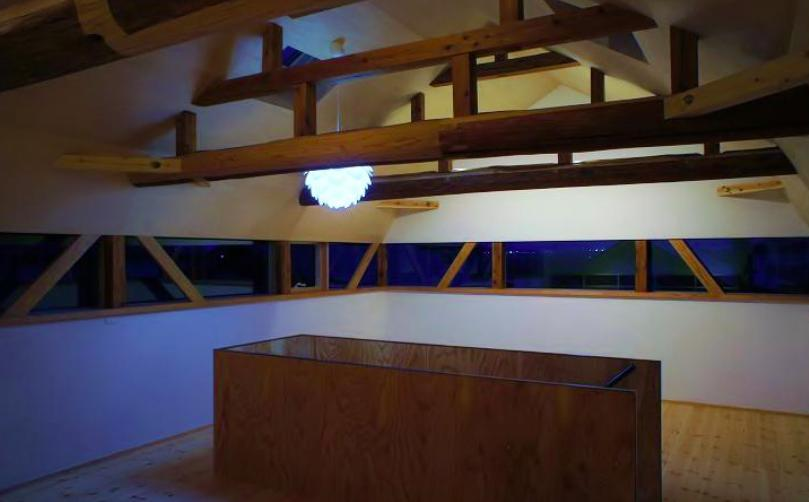 『T-House』〜古材の良さを取り入れた耐震補強リノベ〜の写真 北欧照明がアクセントの2階スペース