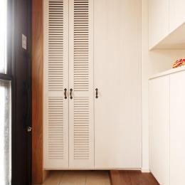 S邸・家族の笑顔がつながるオープンキッチン (大容量収納スペースのある玄関)