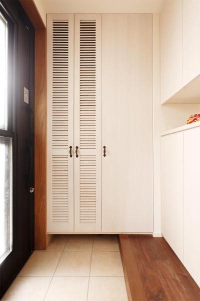 大容量収納スペースのある玄関 (S邸・家族の笑顔がつながるオープンキッチン)