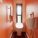 オレンジ壁のトイレ