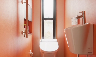 オレンジ壁のトイレ|S邸・家族の笑顔がつながるオープンキッチン