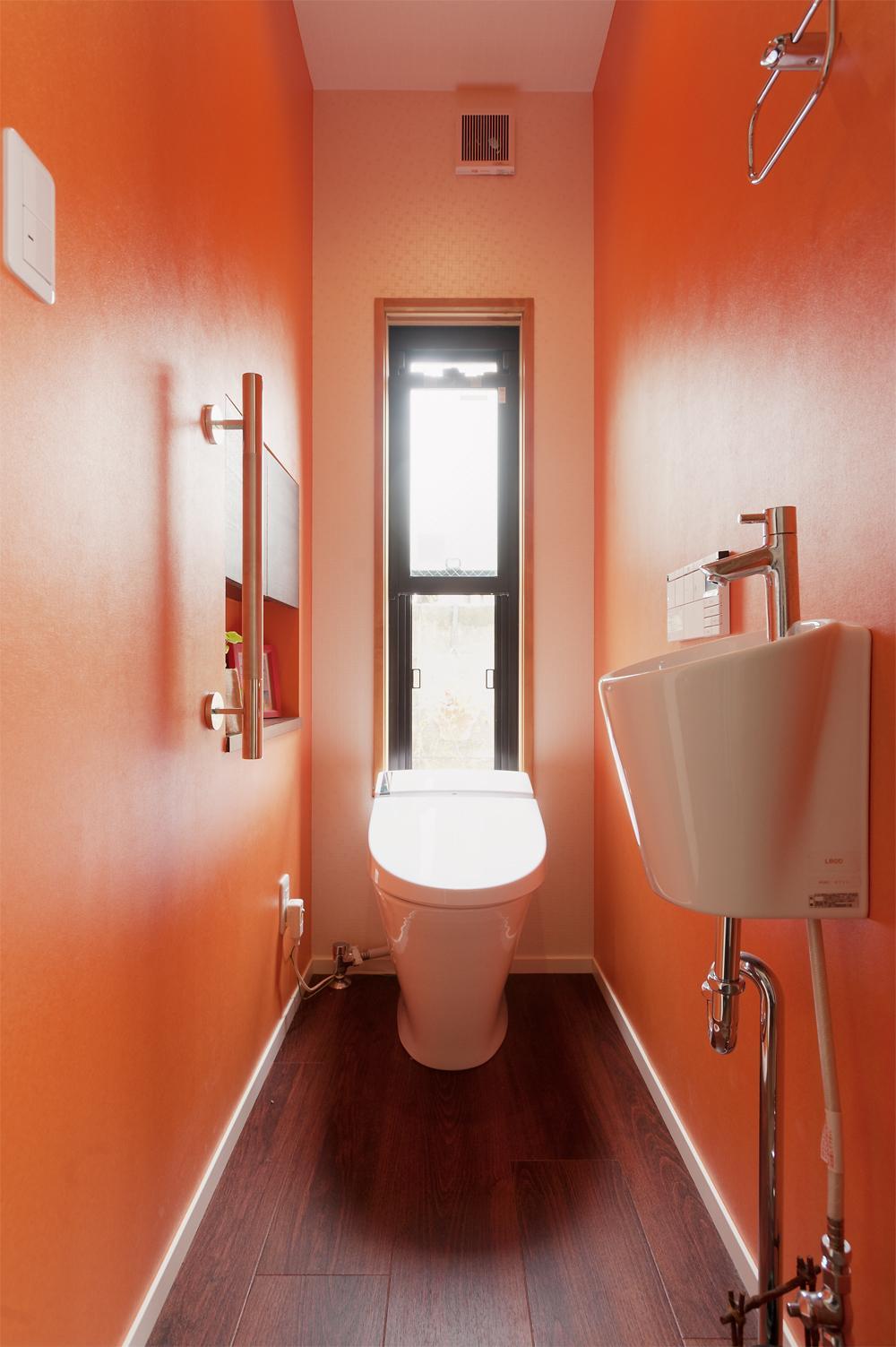S邸・家族の笑顔がつながるオープンキッチンの部屋 オレンジ壁のトイレ