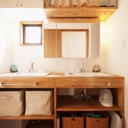 S邸・家族の笑顔がつながるオープンキッチン (シンクが2つ並ぶ洗面室)