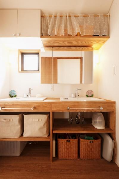 シンクが2つ並ぶ洗面室 (S邸・家族の笑顔がつながるオープンキッチン)