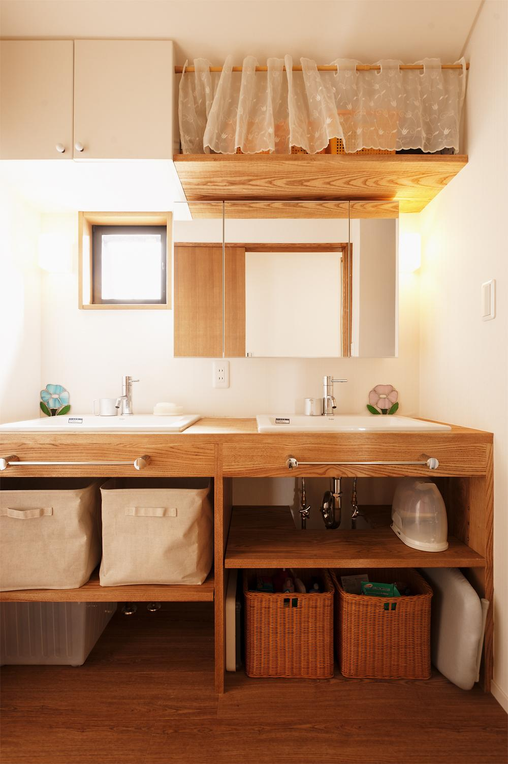 S邸・家族の笑顔がつながるオープンキッチンの部屋 シンクが2つ並ぶ洗面室