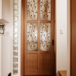 S邸・家族の笑顔がつながるオープンキッチン (オリジナルデザインのリビングドア)