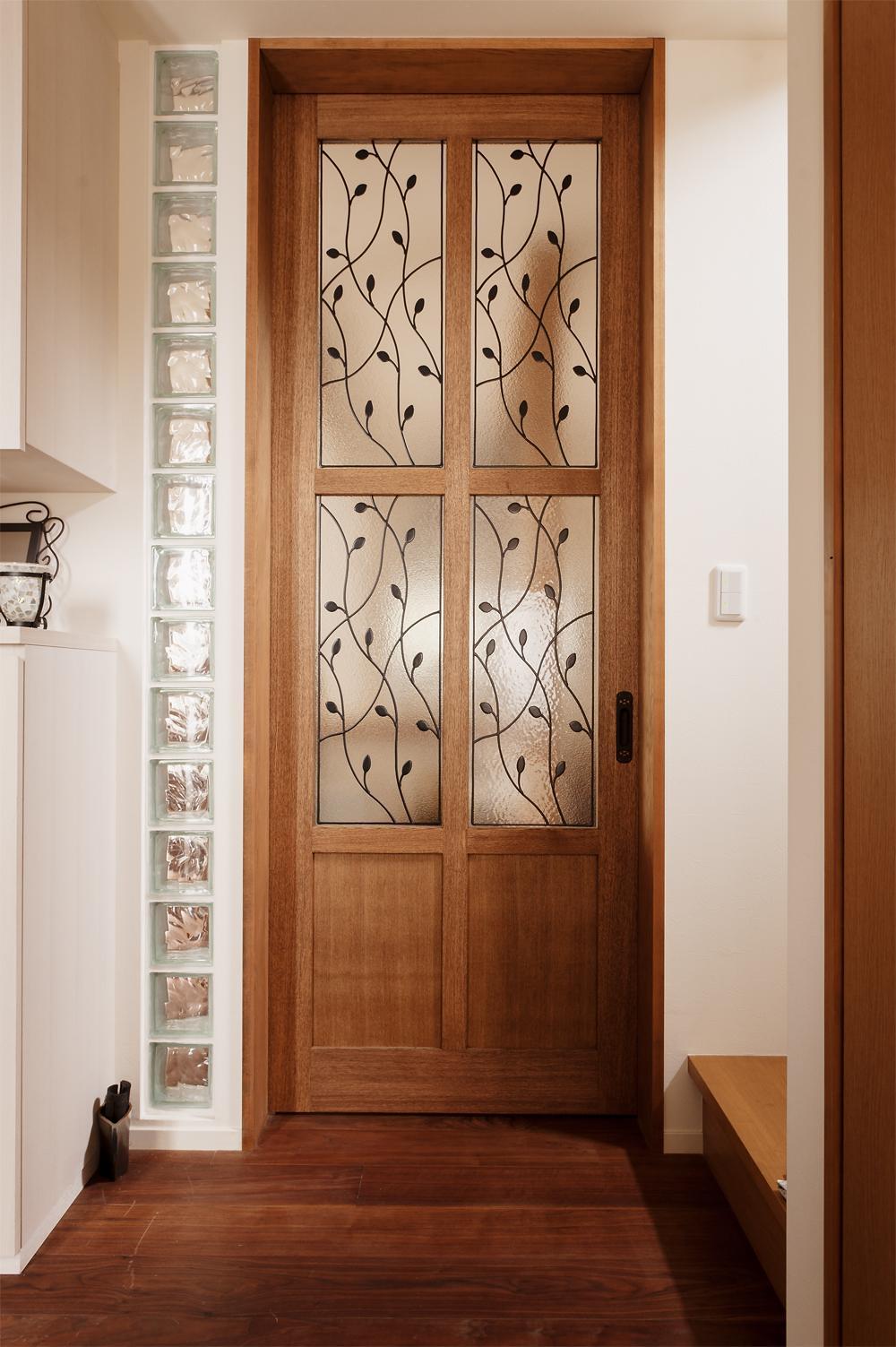 S邸・家族の笑顔がつながるオープンキッチンの部屋 オリジナルデザインのリビングドア