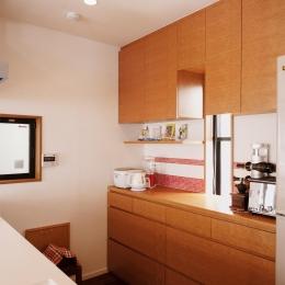 S邸・家族の笑顔がつながるオープンキッチン (キッチン背面の収納スペース)