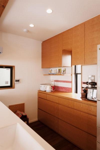 キッチン背面の収納スペース (S邸・家族の笑顔がつながるオープンキッチン)