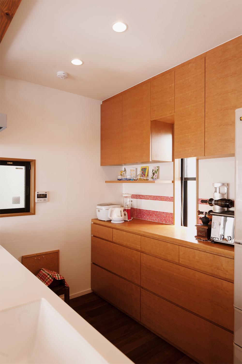 S邸・家族の笑顔がつながるオープンキッチンの部屋 キッチン背面の収納スペース