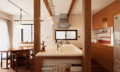 S邸・家族の笑顔がつながるオープンキッチン (真横よりキッチンを見る)