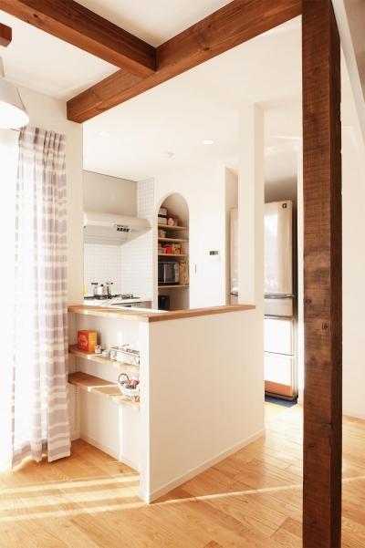リビングと緩やかにつながるキッチン (T邸・一番気持ちの良い場所をLDKへ)