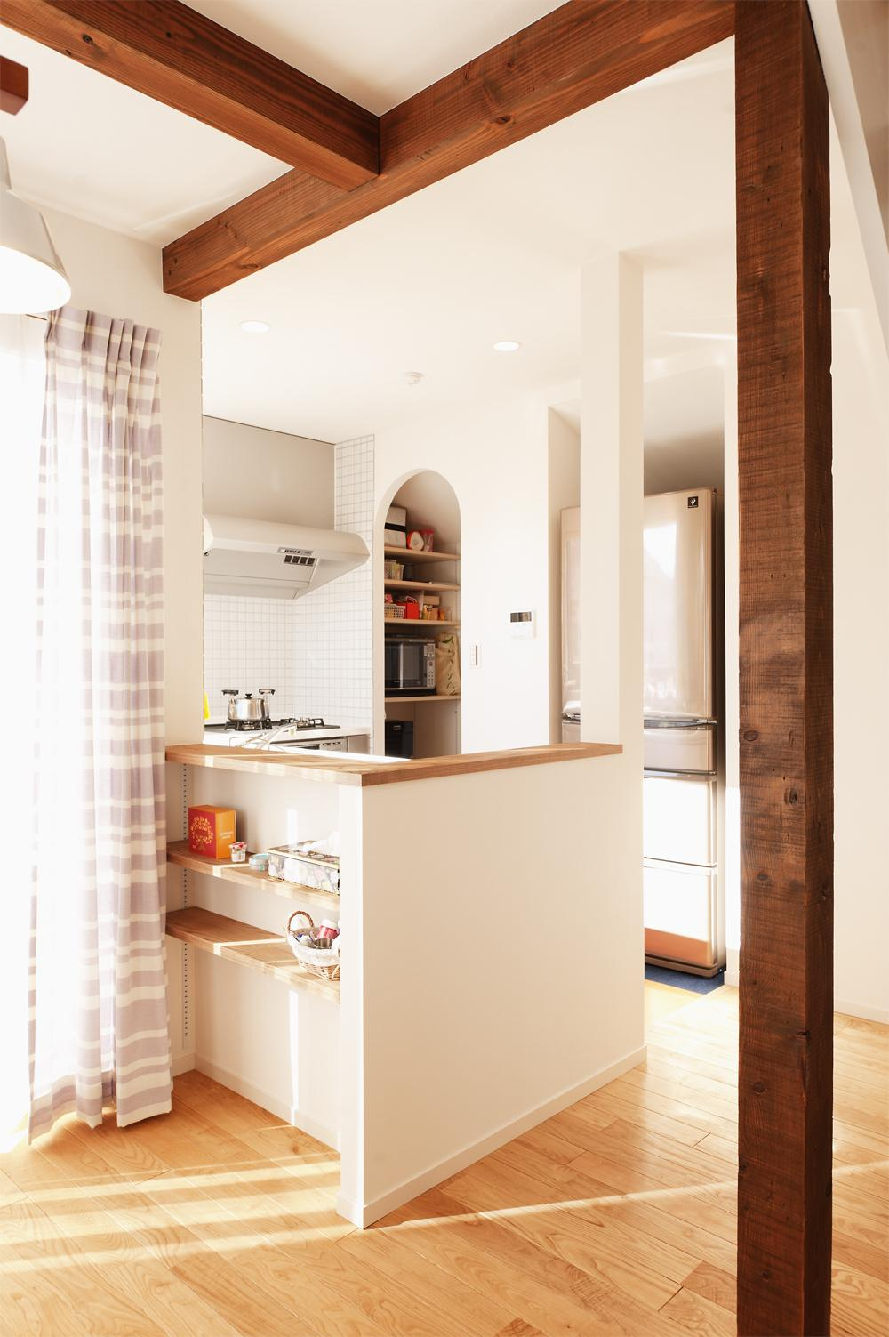 T邸・一番気持ちの良い場所をLDKへ (リビングと緩やかにつながるキッチン)