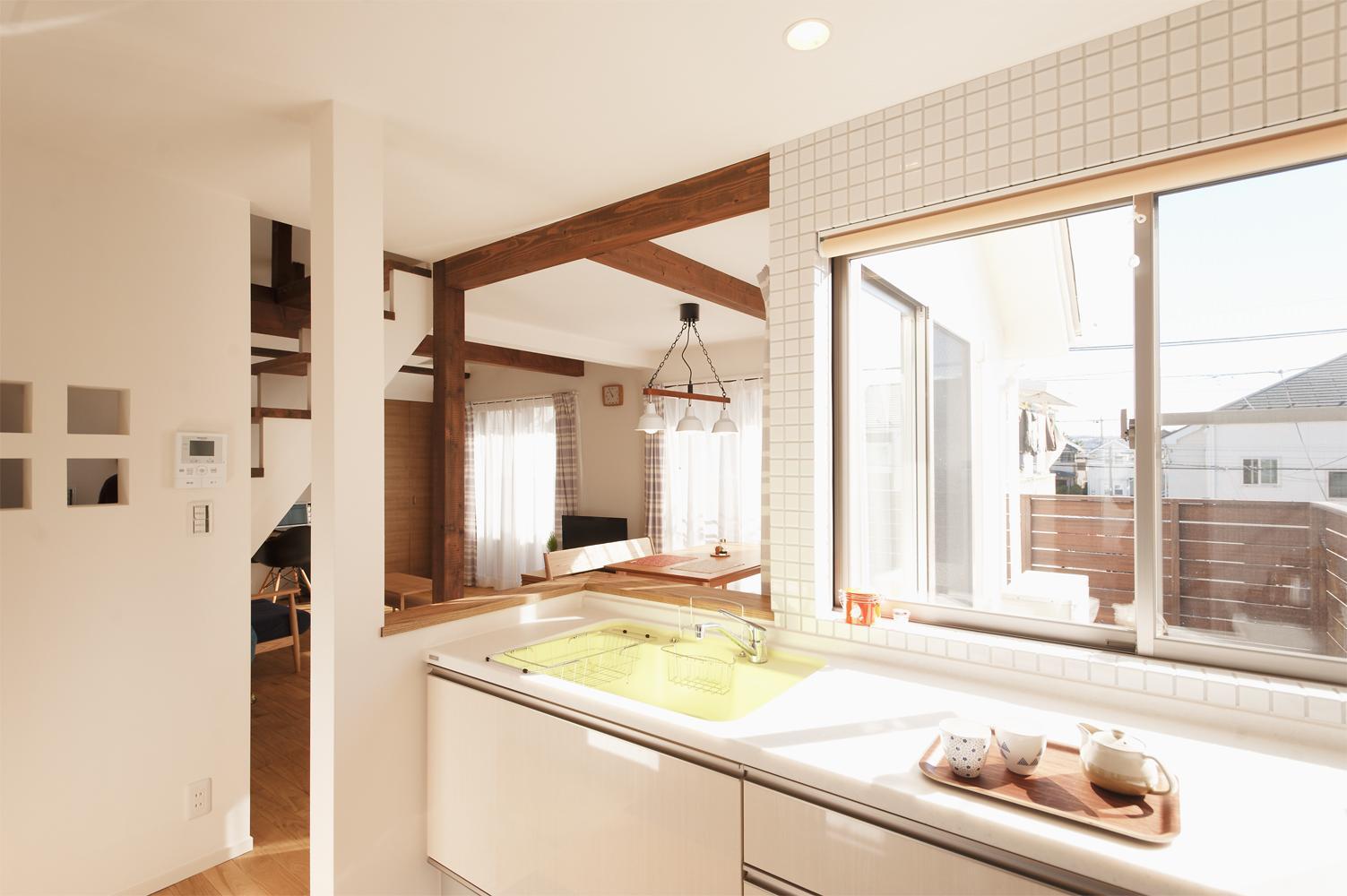 T邸・一番気持ちの良い場所をLDKへの部屋 白タイルの明るいキッチン
