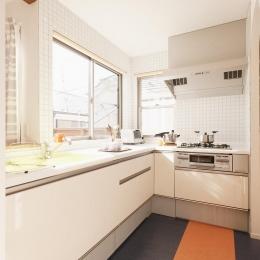 明るい日差しの入る開放的なキッチン