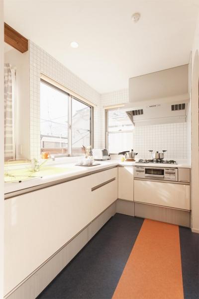 明るい日差しの入る開放的なキッチン (T邸・一番気持ちの良い場所をLDKへ)