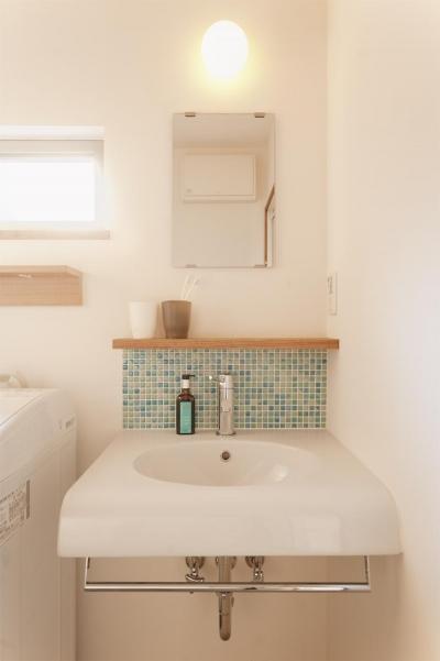 ブルーのモザイクタイルの洗面台 (T邸・一番気持ちの良い場所をLDKへ)