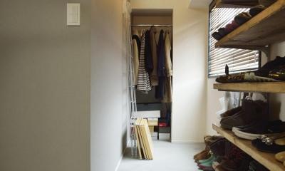 K邸・ビンテージマンションを自分色に (玄関から続く土間収納スペース)
