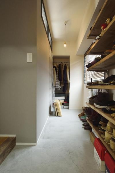 玄関から続く土間収納スペース (K邸・ビンテージマンションを自分色に)