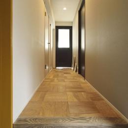 K邸・ビンテージマンションを自分色に (玄関よりリビングドアを見る)
