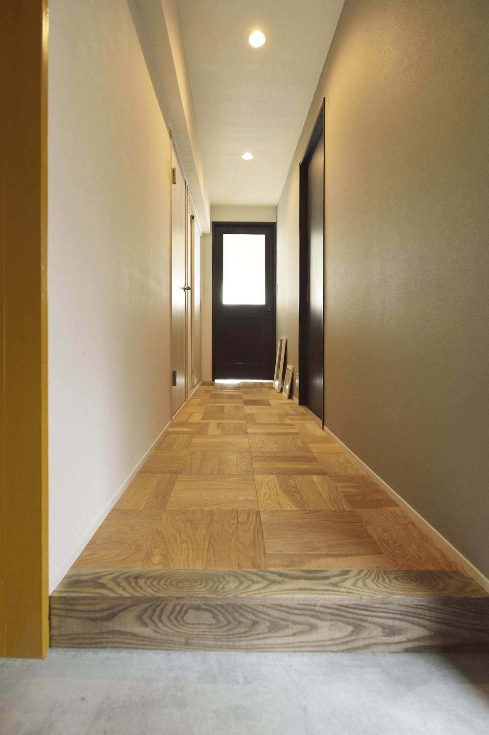 K邸・ビンテージマンションを自分色にの部屋 玄関よりリビングドアを見る