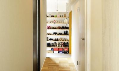 K邸・ビンテージマンションを自分色に (リビング入口より玄関を見る)