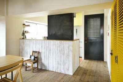 LDK入口-すりガラスのドア (K邸・ビンテージマンションを自分色に)
