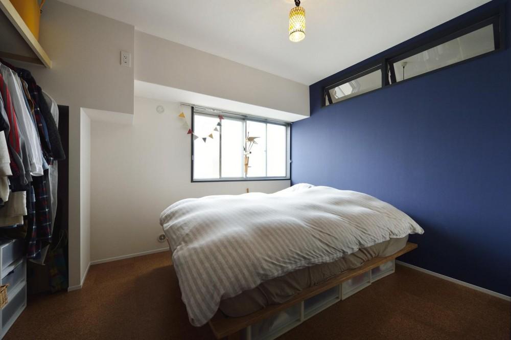 K邸・ビンテージマンションを自分色に (濃いブルーのアクセントクロスの寝室)