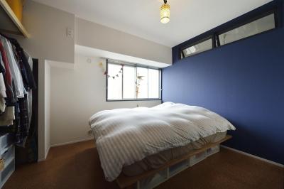濃いブルーのアクセントクロスの寝室 (K邸・ビンテージマンションを自分色に)