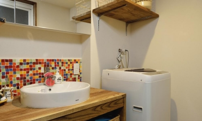 K邸・ビンテージマンションを自分色に (カラフルなタイルが印象的な洗面所)