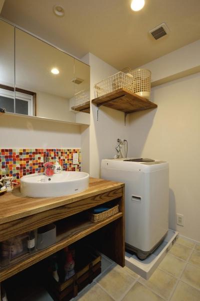 カラフルなタイルが印象的な洗面所 (K邸・ビンテージマンションを自分色に)
